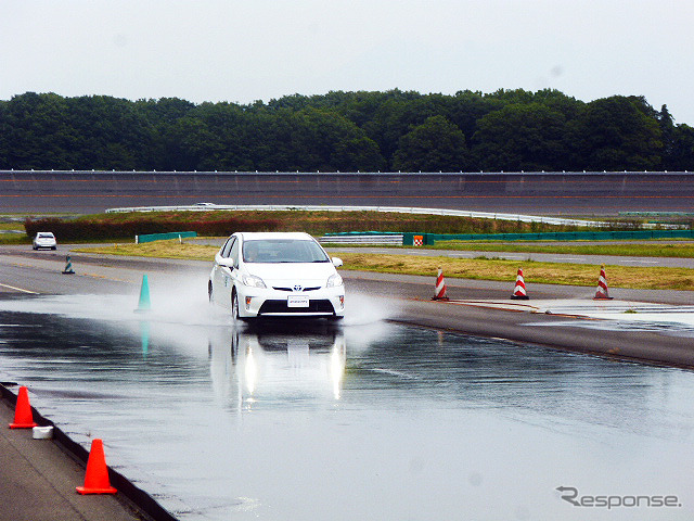 Wet road braking test took place 6/2/2015 in the buridzisutonnpuruubinngu background (nasushiobara, Tochigi, Japan) In A wet grip performance (white car) and C (Silver car).