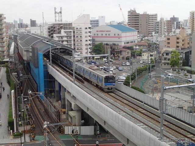 บรรทัด Oshiage สถานีรถไฟ hikifune ไปที่ 8/23 ลงบรรทัดยังสลับยกระดับ ต้น 8/2013 ค่า และสลับไปยังการยกระดับ