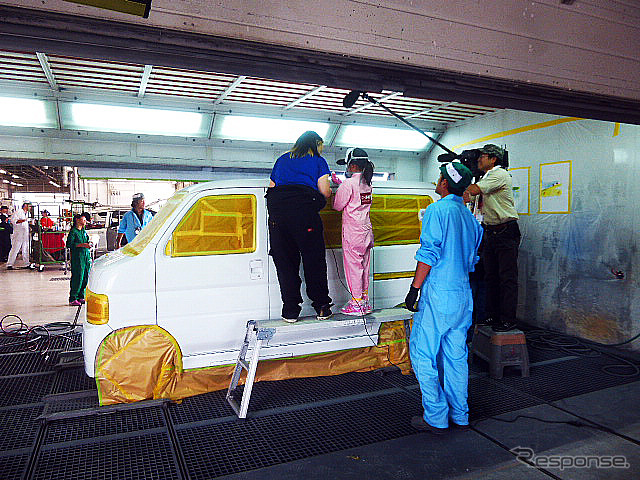 On the one hand spray gun whish to car paint (pre-painted sheet metal event, Utsunomiya, and by BASF Japan 7/29, at Honda body service Tochigi)