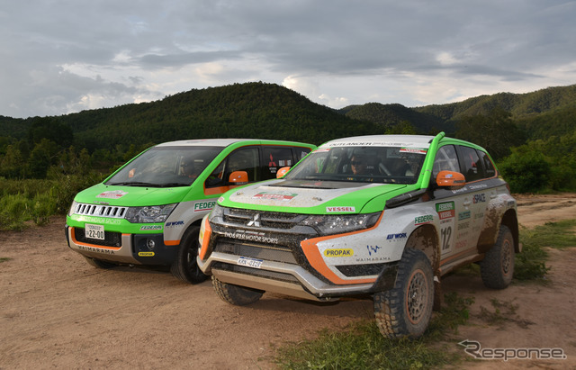 Delica D:5 (left) supported the Mitsubishi Outlander PHEV (right) (2015 Asia Cross Country Rally)