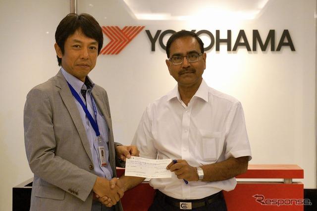 ฟูจิตสึประธานยิน s ได้ให้บริจาคของอินเดียแดงข้ามสังคมของซีพีฮอลล์รองเลขานุการ (ขวา)