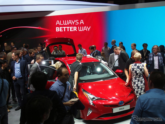 Many media people gathered around the all-new Prius