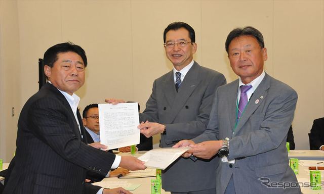 New komeito motorcycle Assembly Member talking Association receives the request and Kazuo, Chairman of the North pond, Chairman, Yoshida motorcycle Association Chairman (from left, 10/21, Nagata-Cho)