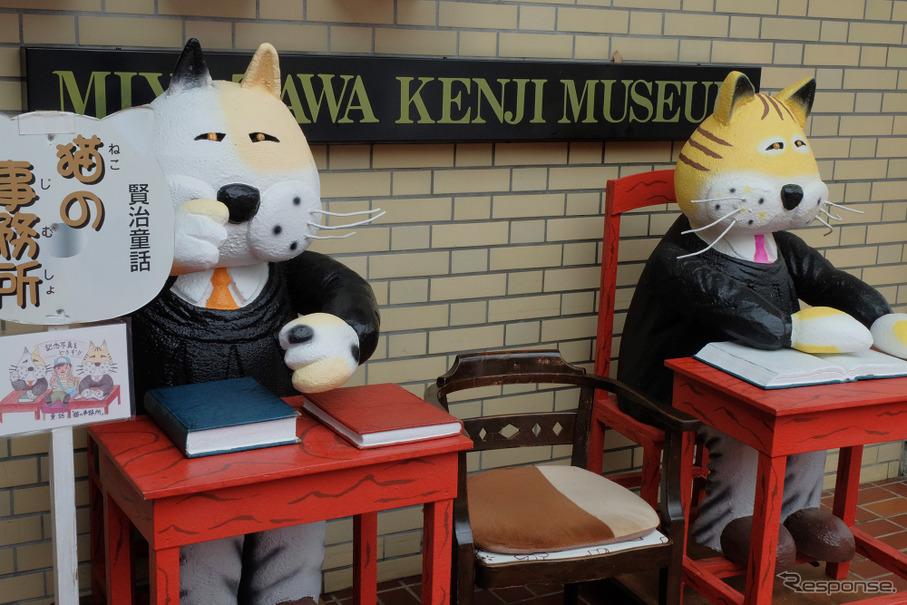 童話「猫の事務所」のマスコットがお出迎え。記念撮影もできる。