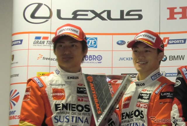 最終戦で今季初勝利、大嶋和也(左)と国本雄資。 最終戦で今季初勝利、大嶋和也(左)と国本雄資。