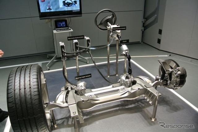 車のハンドルをタイヤと直結せずに電気信号で操舵 ゲームのようなステアリング 市販車に世界初採用