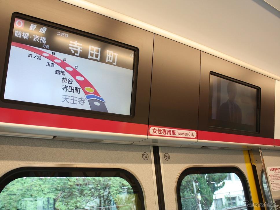 女性専用車の4号車は車内案内表示器や荷物棚の下部にも専用車であることを示す表示がある。