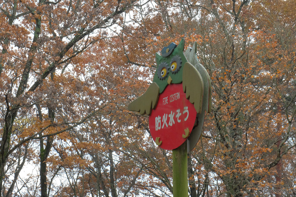 敷地内は消火栓の表示にも装飾が。宮沢文学にしばしば出てくるフクロウである。