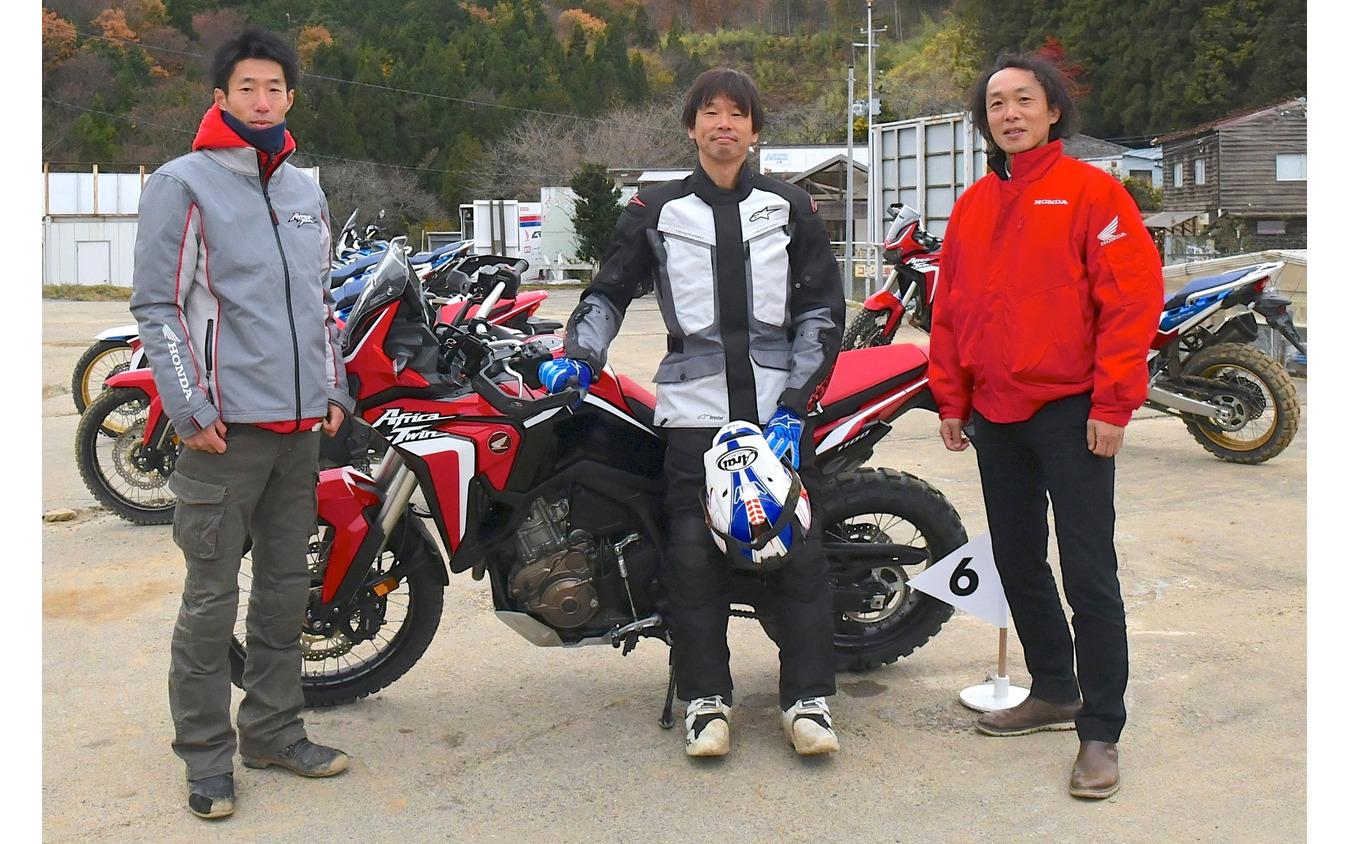 筆者・青木タカオそして開発責任者の森田健二さん(写真右)とテスト領域責任者である田中幹二さん(写真左)。
