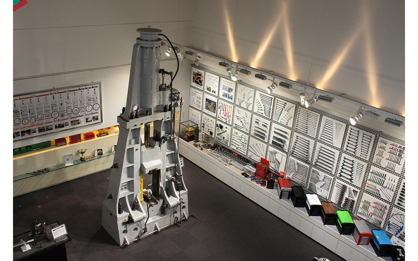 実際に使われていた1000トンクラスの鍛造機械は迫力満点