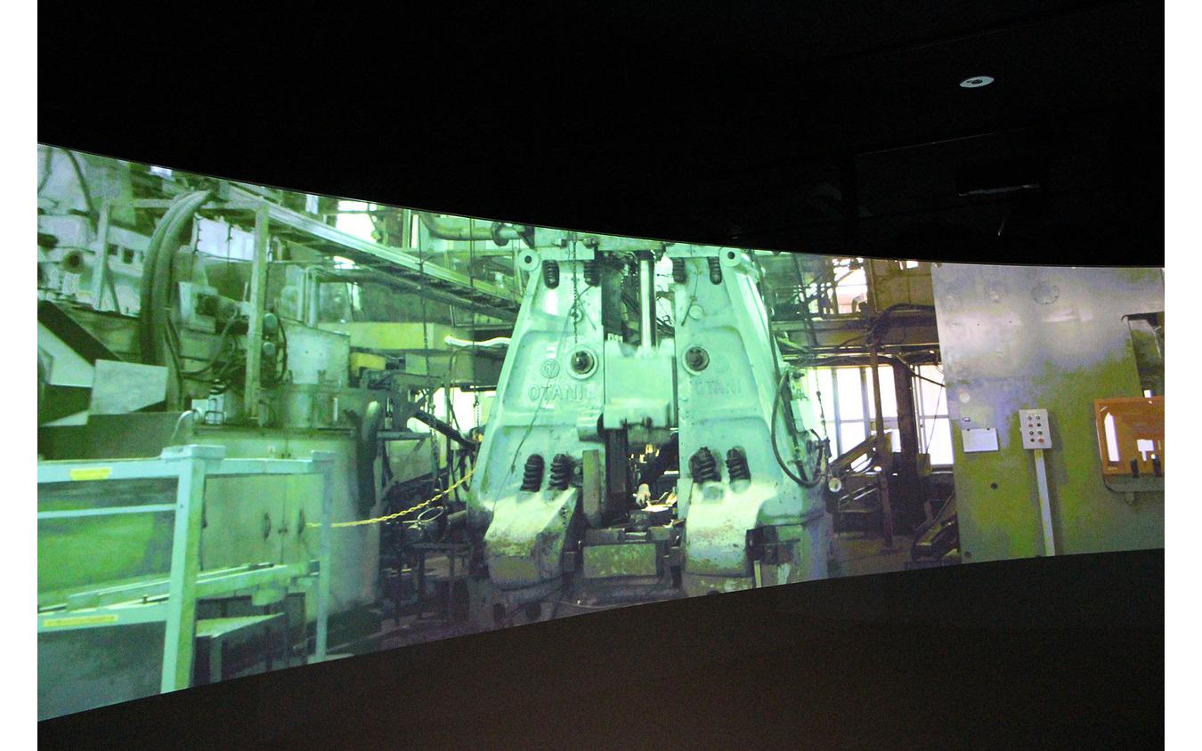 ワイドスクリーンモニターで製造過程が上映される