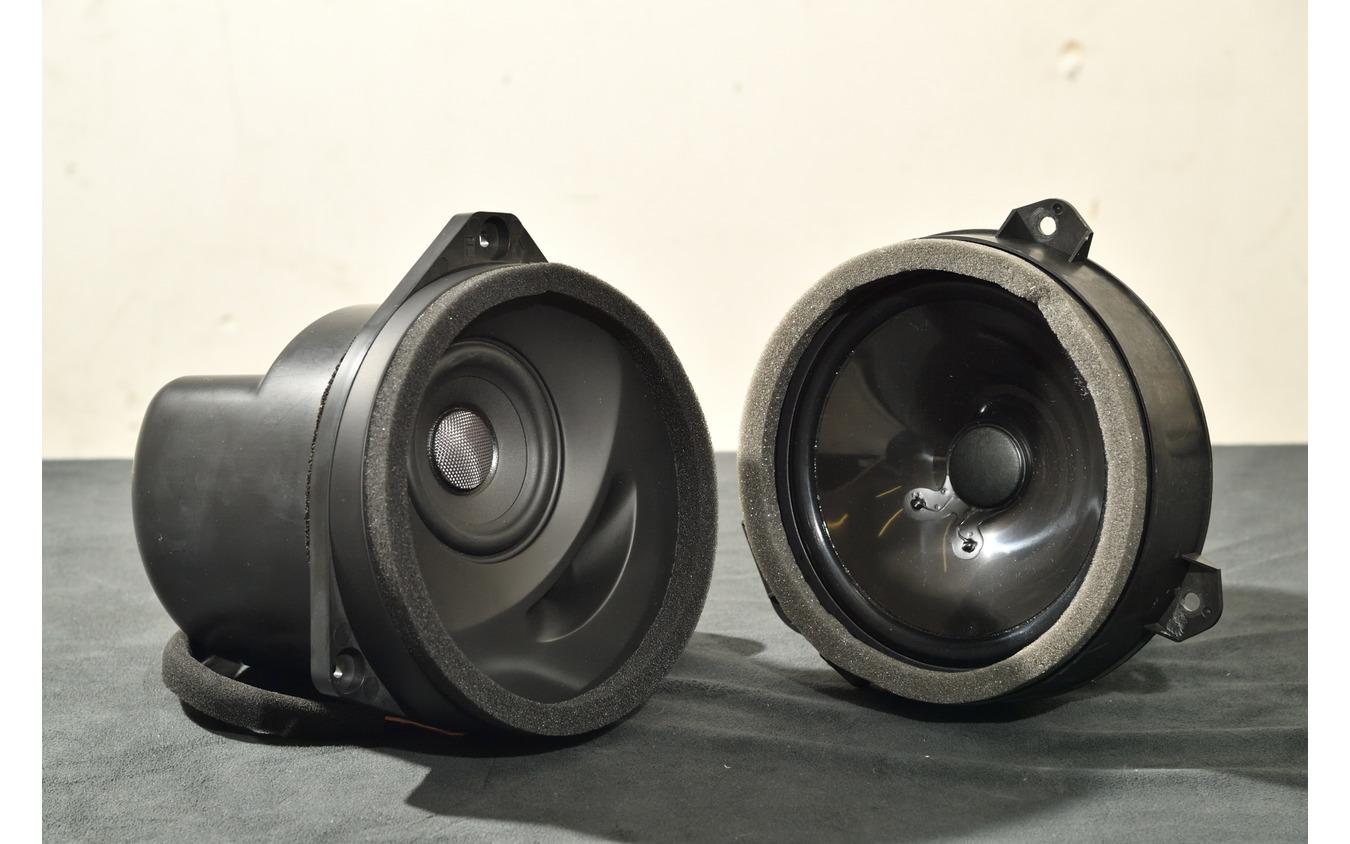レヴォーグのSonicPLUSスピーカー(左)と純正スピーカー(右)