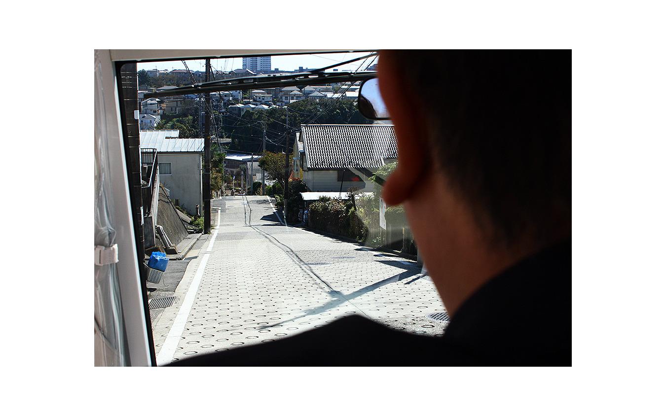 坂道の多い京急富岡駅エリアで始まった電動小型低速車実証実験