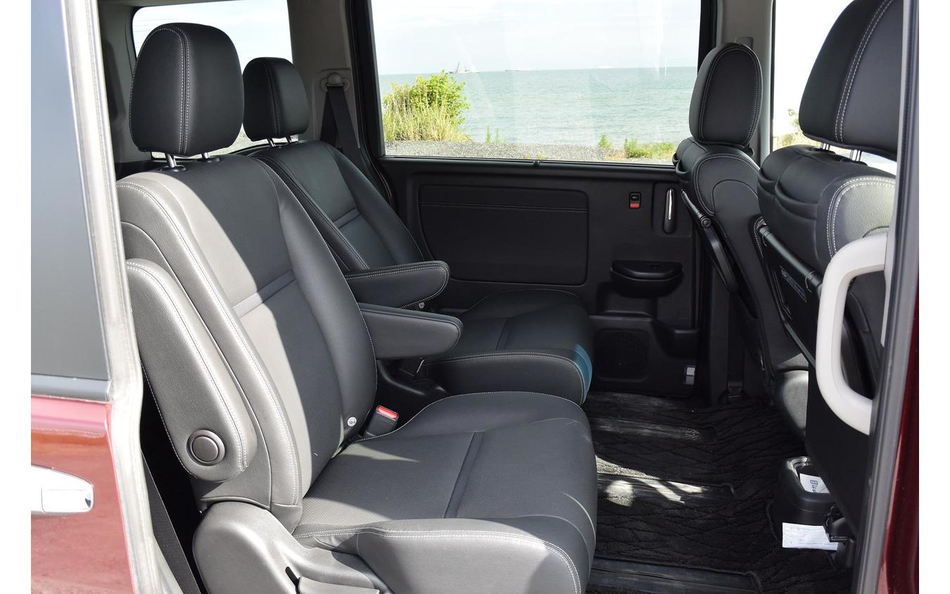 2列目シート。5ナンバーボディでのキャプテンシートは横幅が狭く、窮屈な傾向がある。ステップワゴンもその例に漏れず。