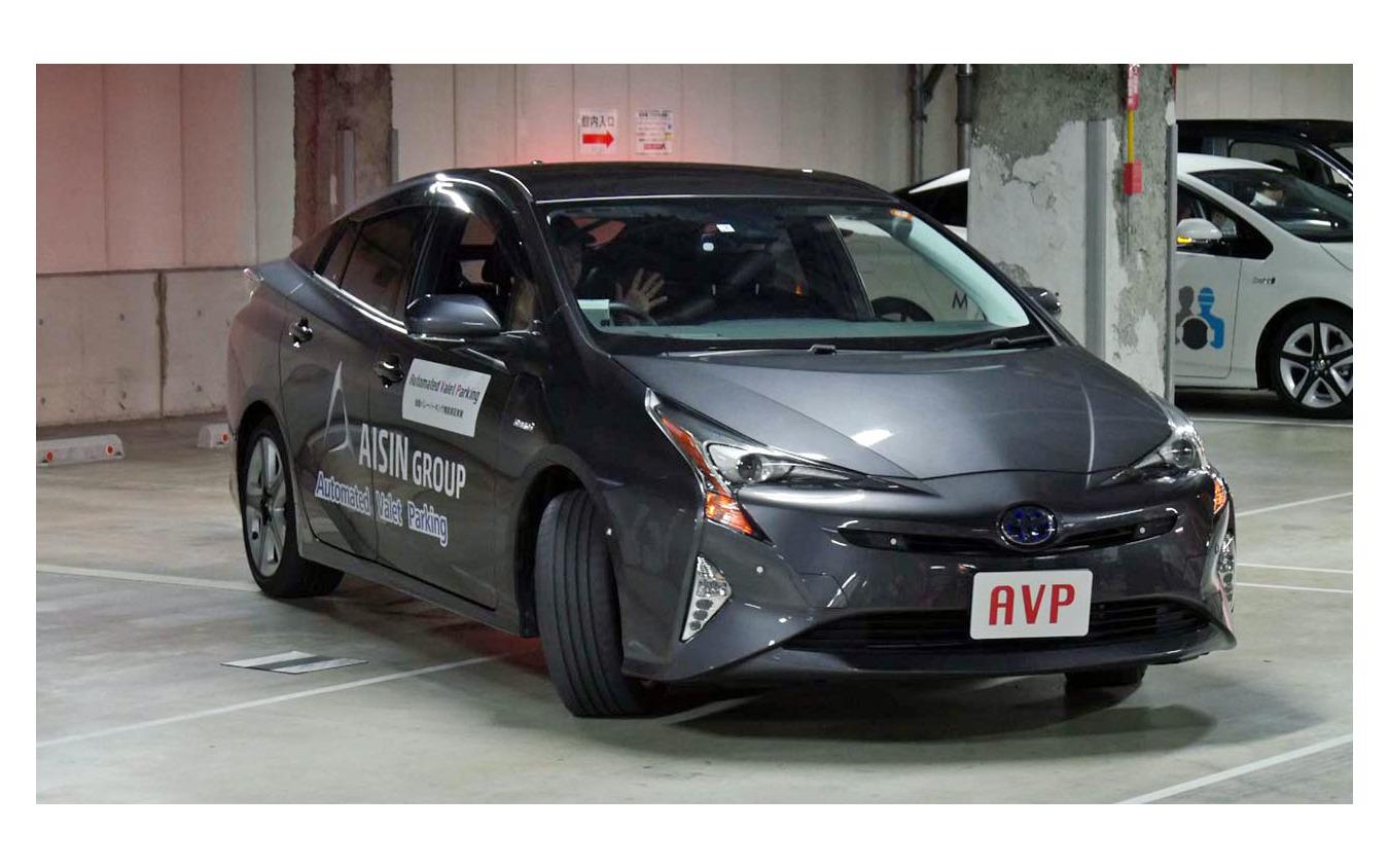管制センターによって駐車枠が指示され、車両は自動的に枠内に収まる