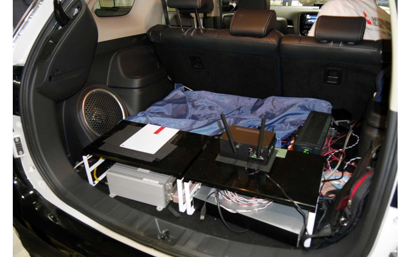 管制センターとの通信のためにLTE通信ユニットが搭載された