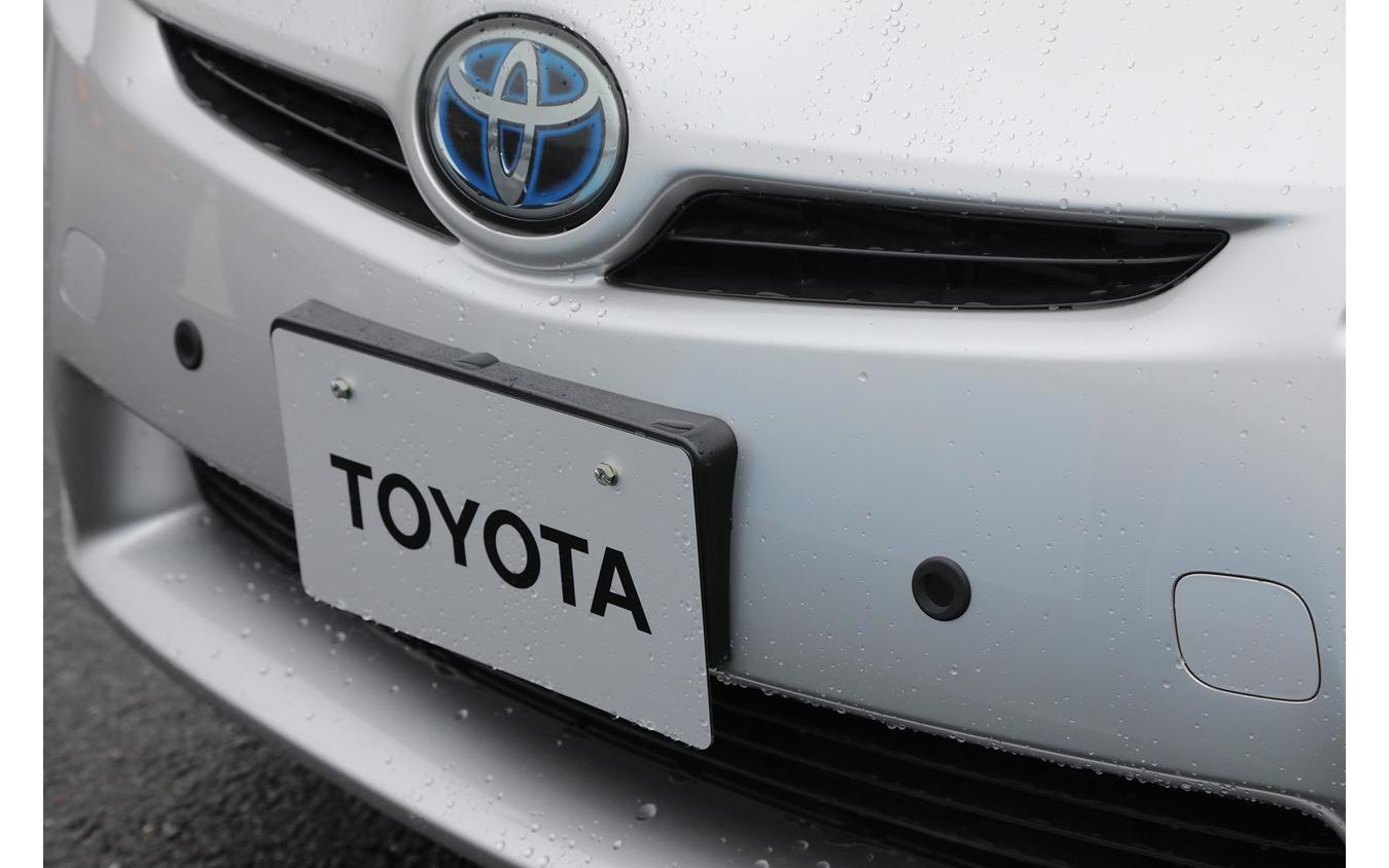 トヨタの「踏み間違い加速抑制システム」。ナンバー左右の黒い丸が後付けのセンサー。