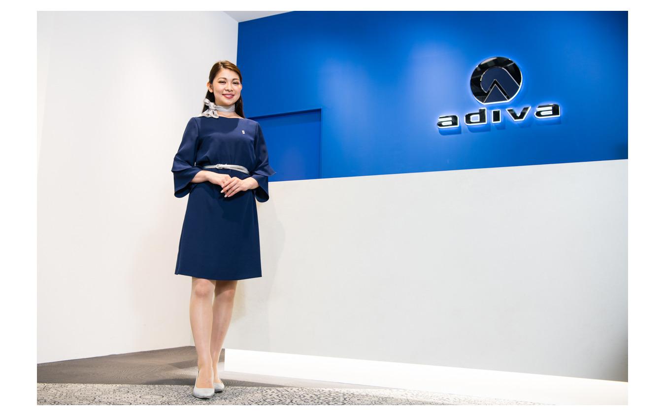ADIVAショールームでお客様を迎える一ツ山里紗さん。