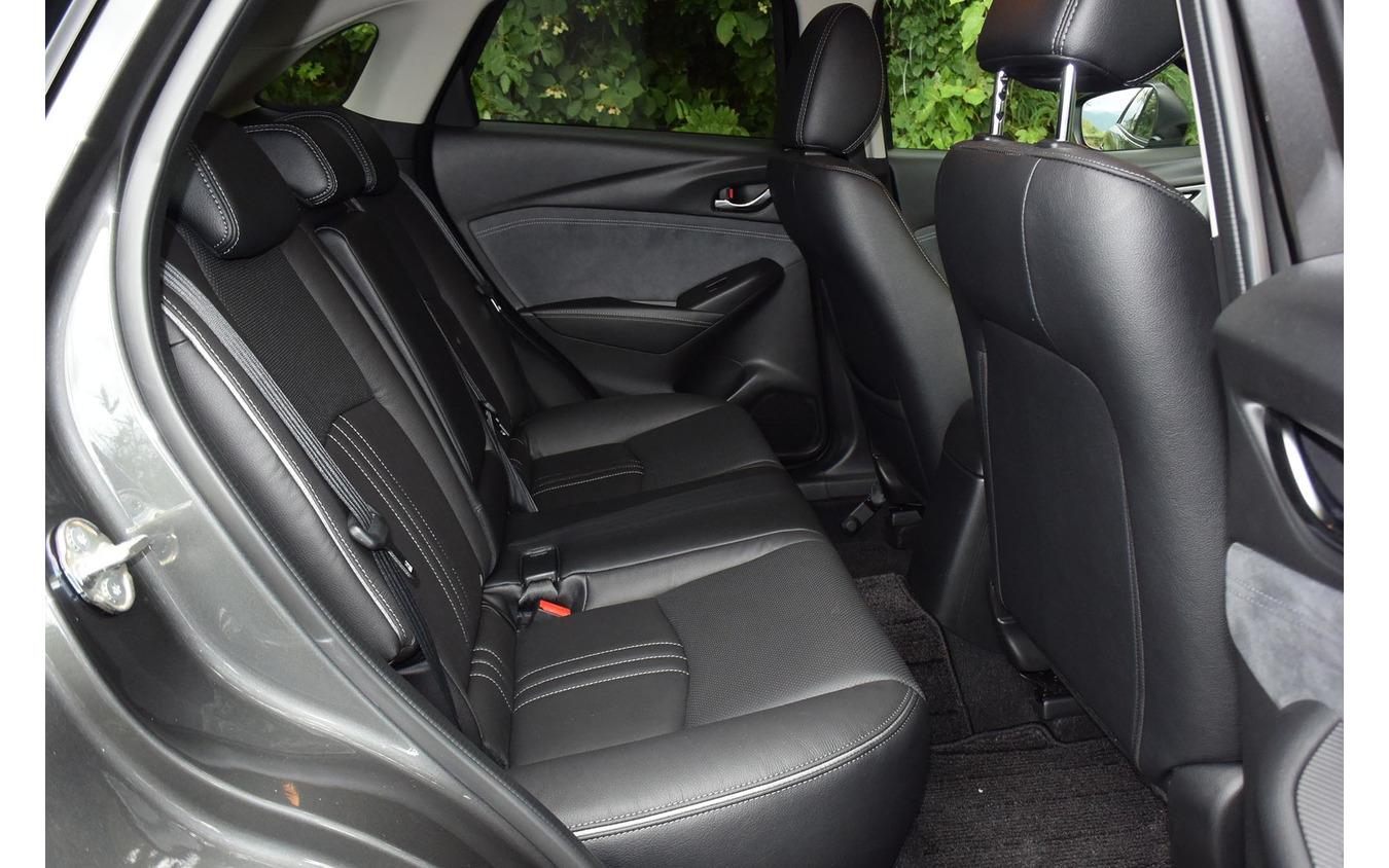 後席は狭く、長時間乗車向きではないが、狭いながらも前後席を段差配置にしたりウインドウを前後に延ばしたりといった