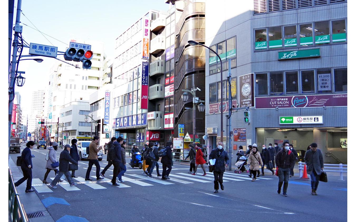 「歩車分離信号」が採用されている交差点。歩行者信号が青のときは、クルマが交差点に侵入しない。