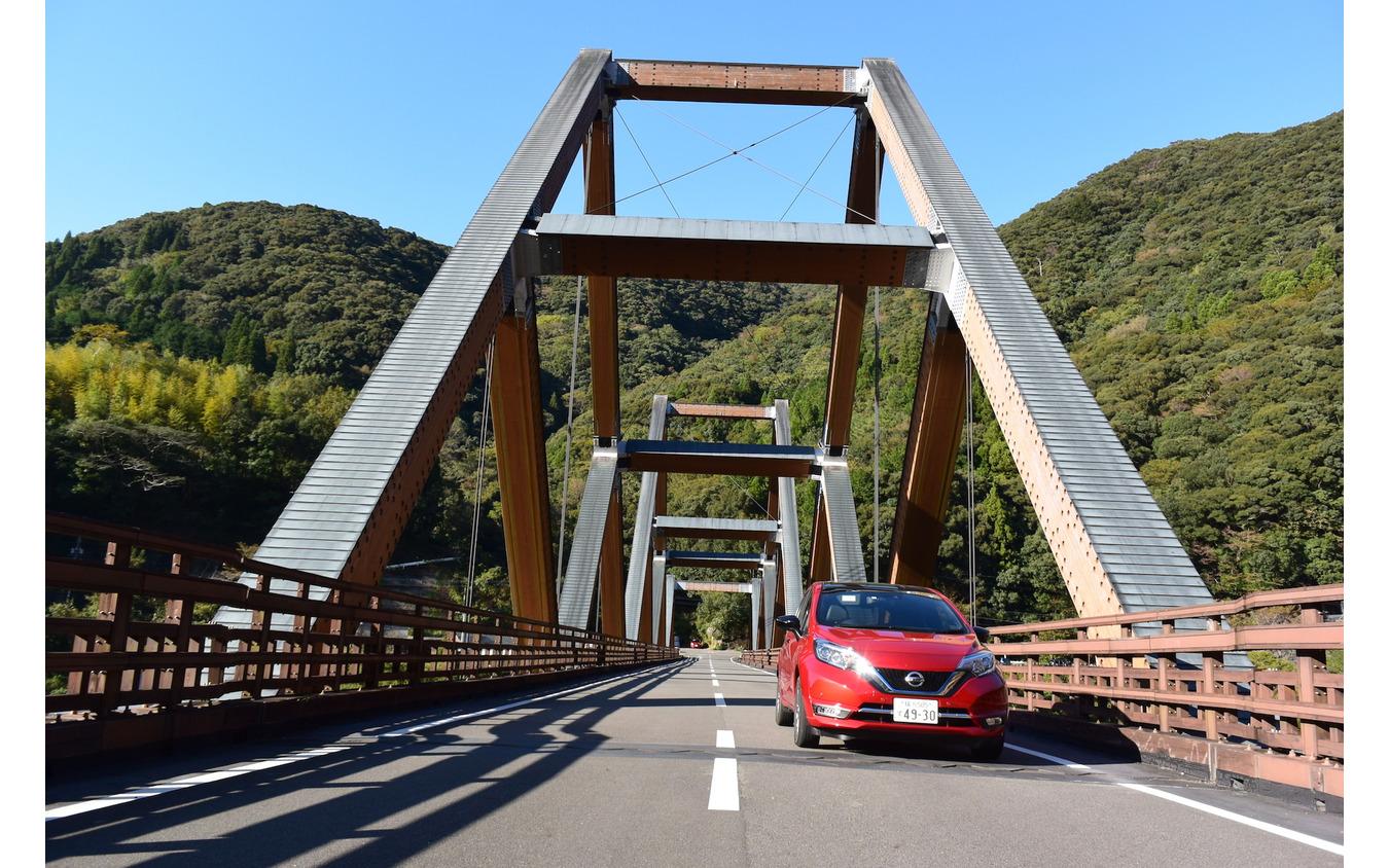 宮崎・西米良村の木造橋、かりこぼうず大橋にて。