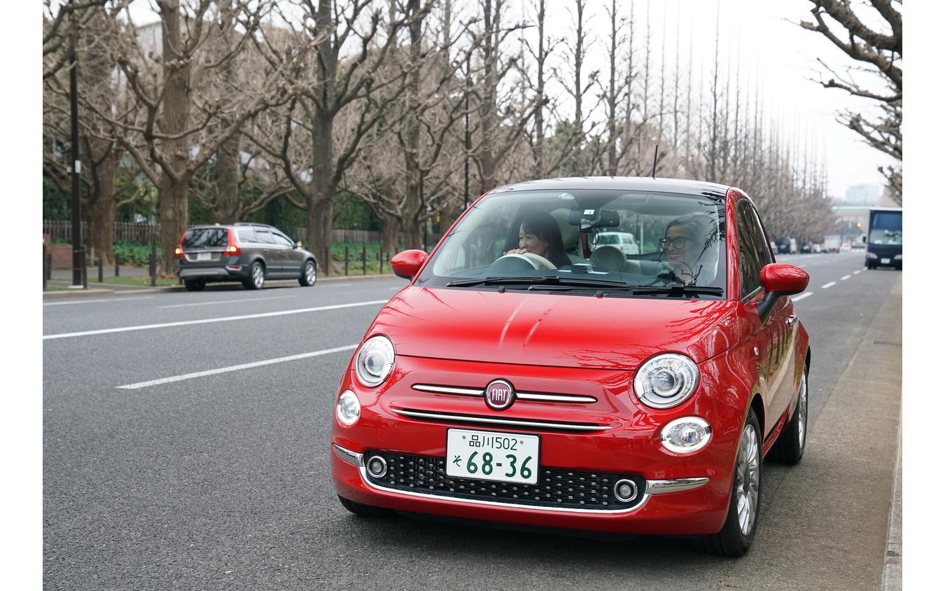 フィアット『500』に乗るティツィアナ・アランプレセさんと松崎