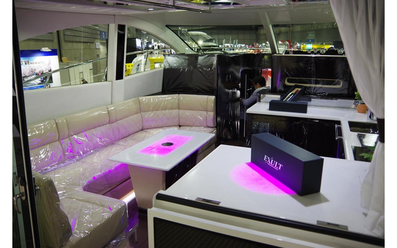 シースタイルチャーターで利用できる超高級ボート「イグザルト36 スポーツサルーン」の内装(ジャパンインターナショナルボートショー2019)