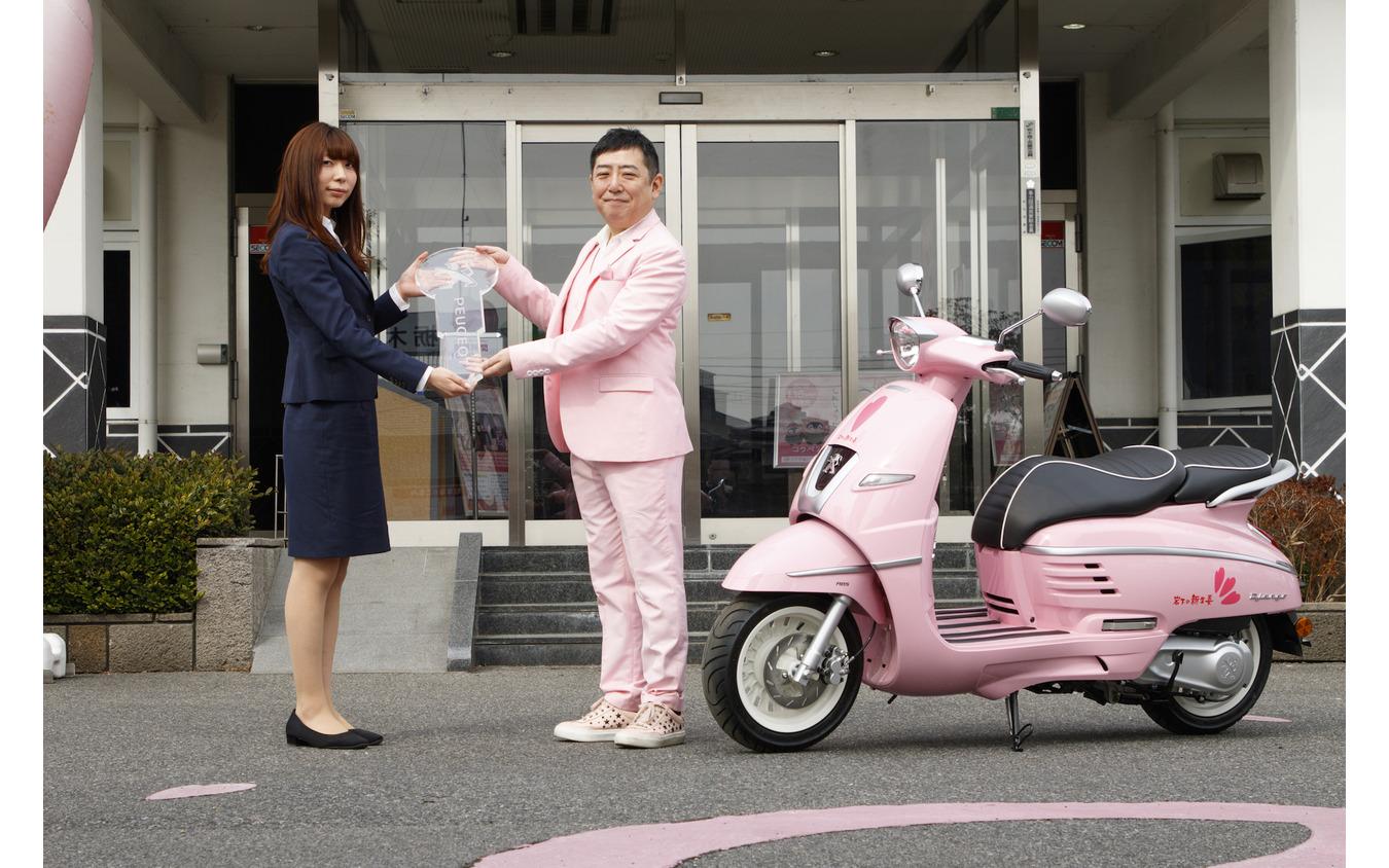 ピンクのプジョージャンゴが岩下和了社長の手に
