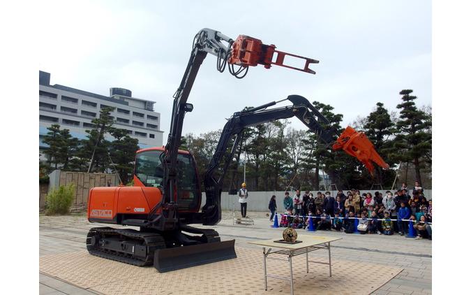 日立建機アスタコ、実演「2本の腕で挑め! 未来館からの挑戦状」(日本科学未来館)