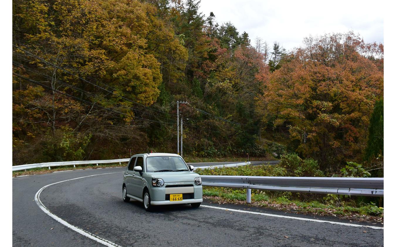 不整路面でも跳ねにくいサスペンションのおかげで山道ドライブは予想を裏切る軽快さだった。