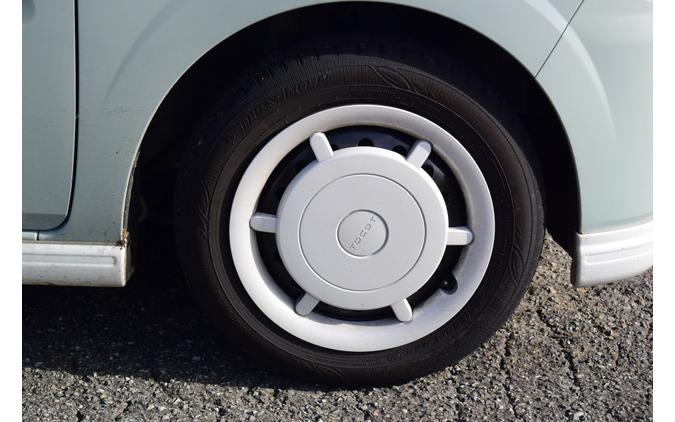 タイヤは155/65R14サイズのダンロップ「エナセーブ EC300+」。720kgの軽量ボディにはこれで十分だが、遠乗り派の場合は交換のさい、ヨコハマ「ブルーアースGT」、ブリヂストン「レグノGTレッジェーラ」あたりに格上げしても面白いかもしれない。