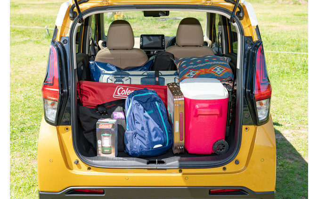 チェアやミニテーブル、ラグ、アウトドアワゴンなどかなりの量の荷物も積み込めるラゲッジ