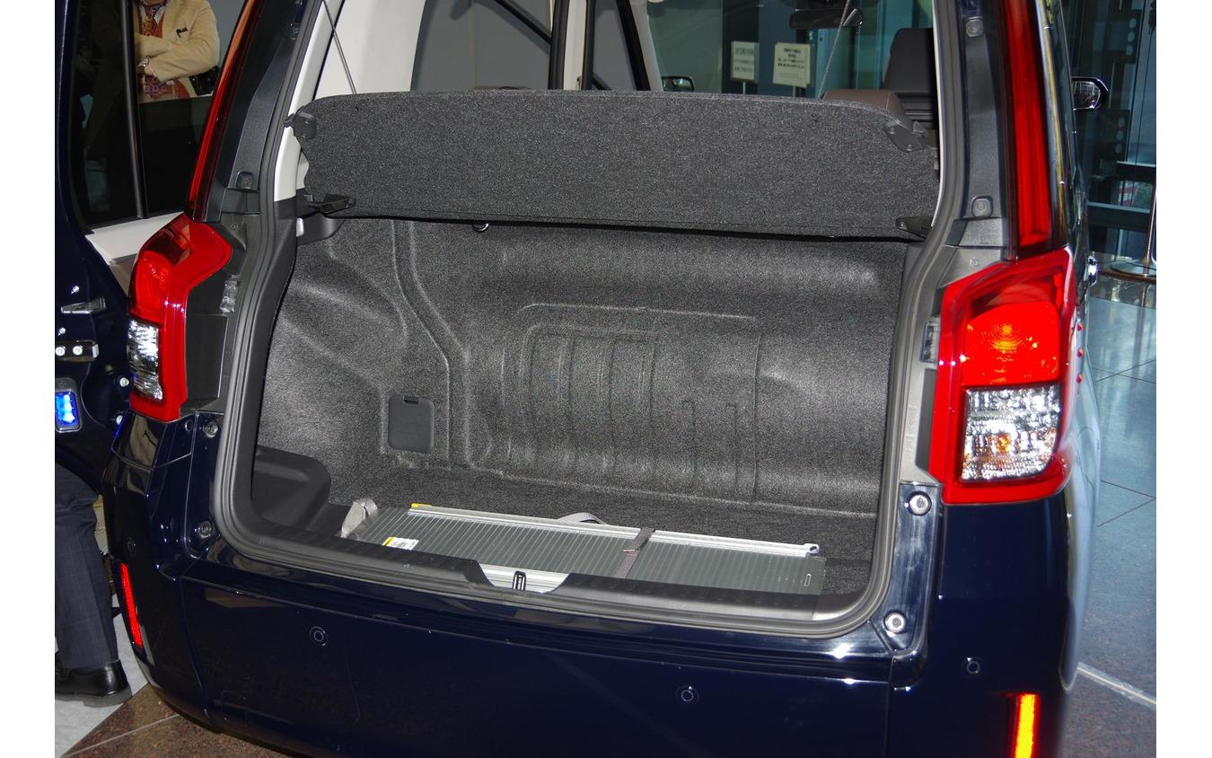 トヨタ ジャパンタクシー(JPN TAXI)のトランク。LPGタンクが多くを占める。