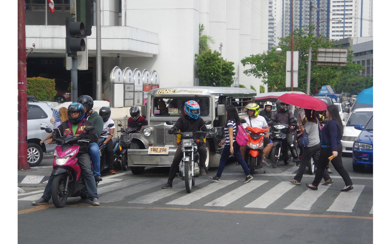 信号待ちをするジプニーやスクーター。中央にはヤマハ『MIO』も