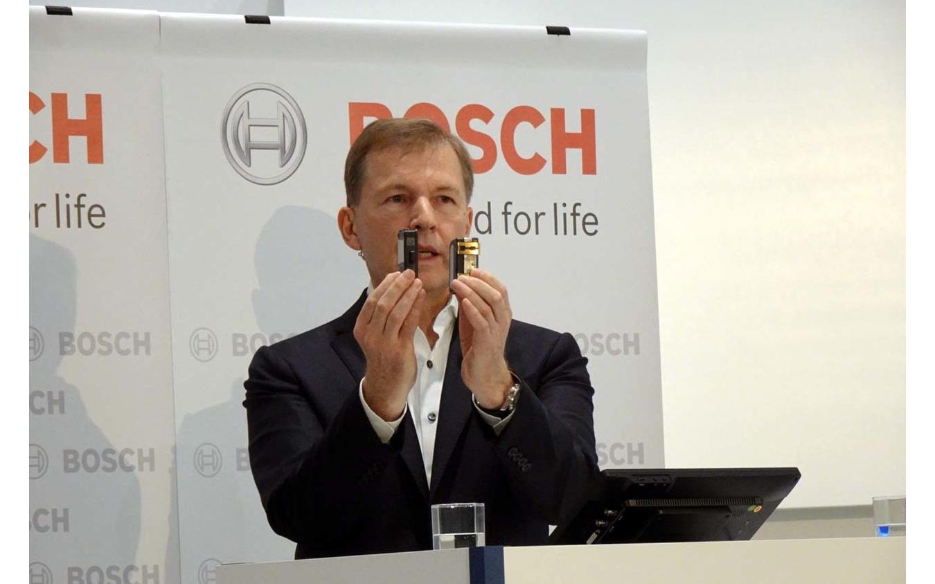 ボッシュ代表取締役社長クラウス・メーダー氏。30%小型化された次世代レーダー(向かって左側)を披露