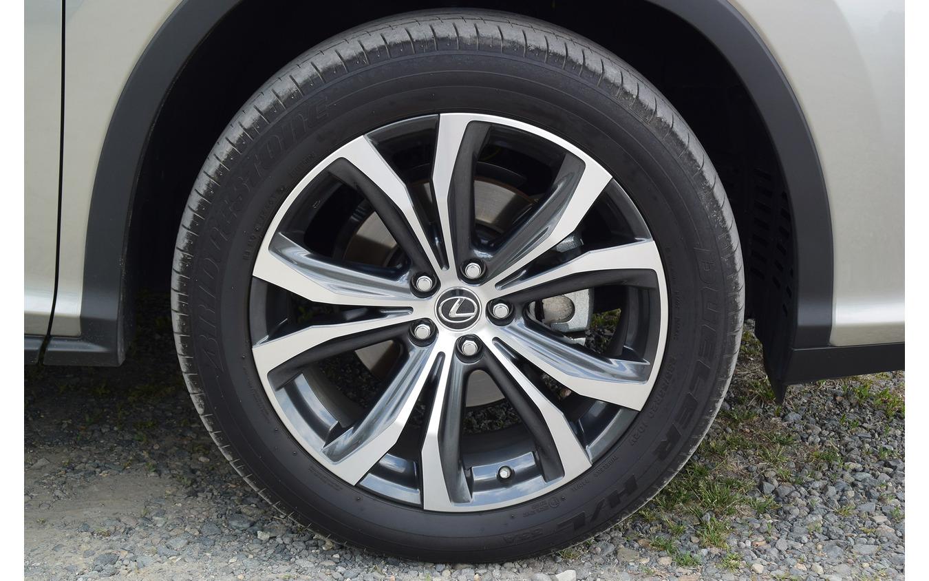 タイヤサイズは235/55R20。サマータイヤだが、クルマのキャラクター的にはアメリカのようにオールシーズンでもよかったかもしれない。