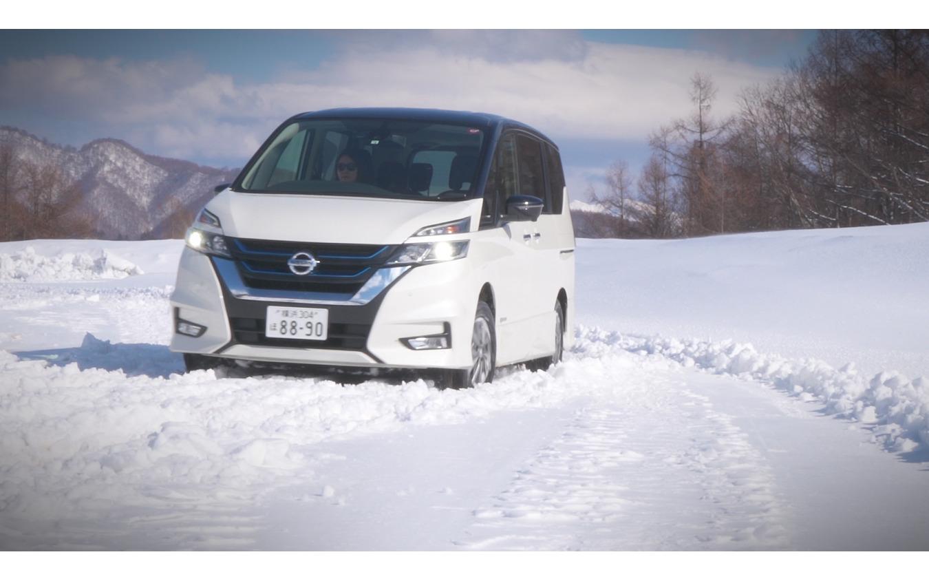 積雪した日本の道路で冬用タイヤ規制にもスタッドレスタイヤと同じようにチェーン装着なしで通行することが可能だ