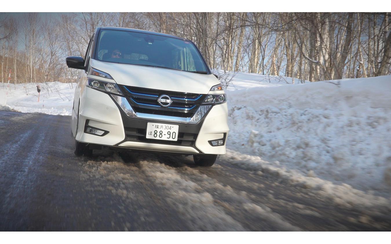 路面を白くする程度の薄い積雪はもちろん、タイヤが埋まるほど深く積もった雪でもしっかりと前へ進んでいく