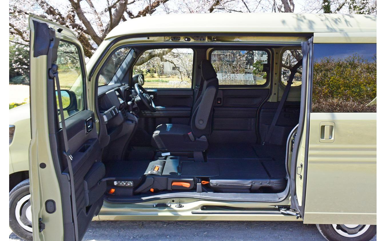 Bピラーレスによる大開口部。乗用車ではダイハツ『タント』などの採用例があるが、商用車では初。