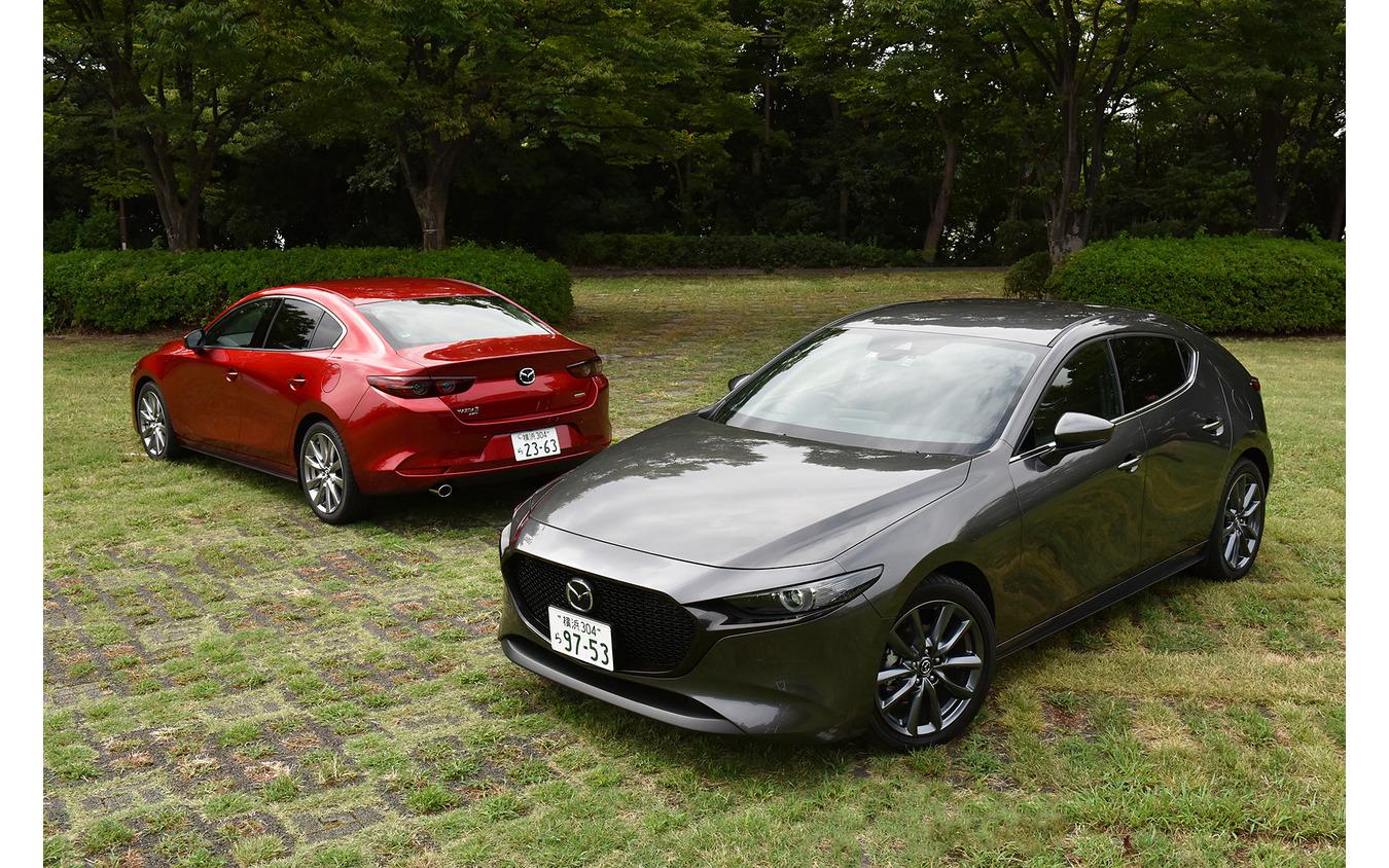 マツダ3 新型 ファストバック(手前)とマツダ3 新型セダン(奥)