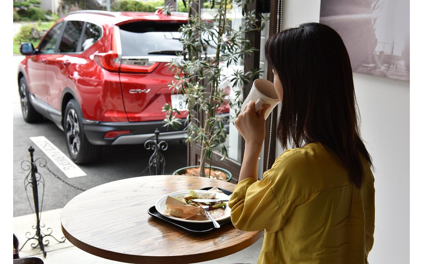 河口湖のカフェ「CISCO COFFEE」で、CR-Vを眺めながら一休み。