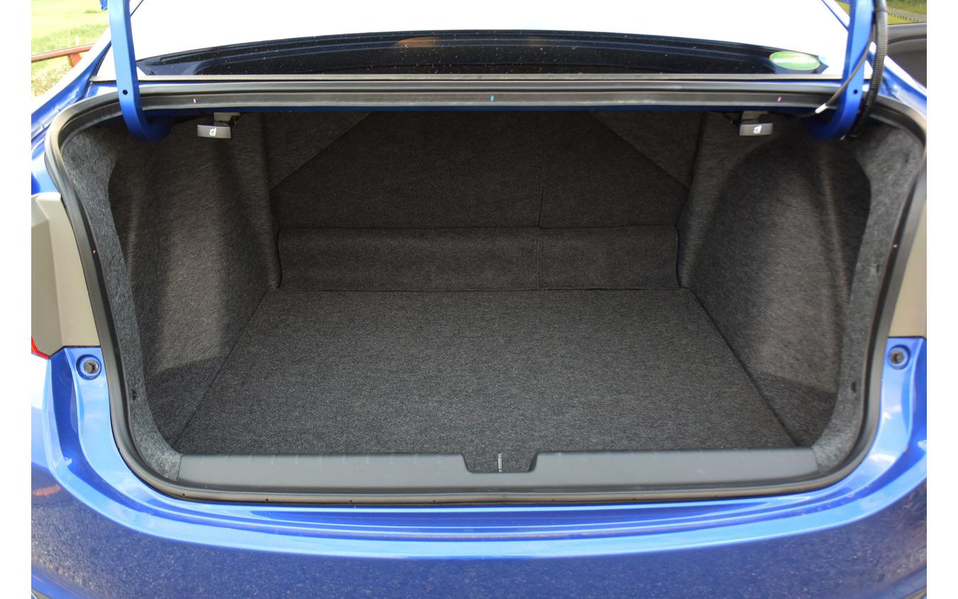 荷室はスクエア形状でヨーロッパ車ばりに使いやすい。