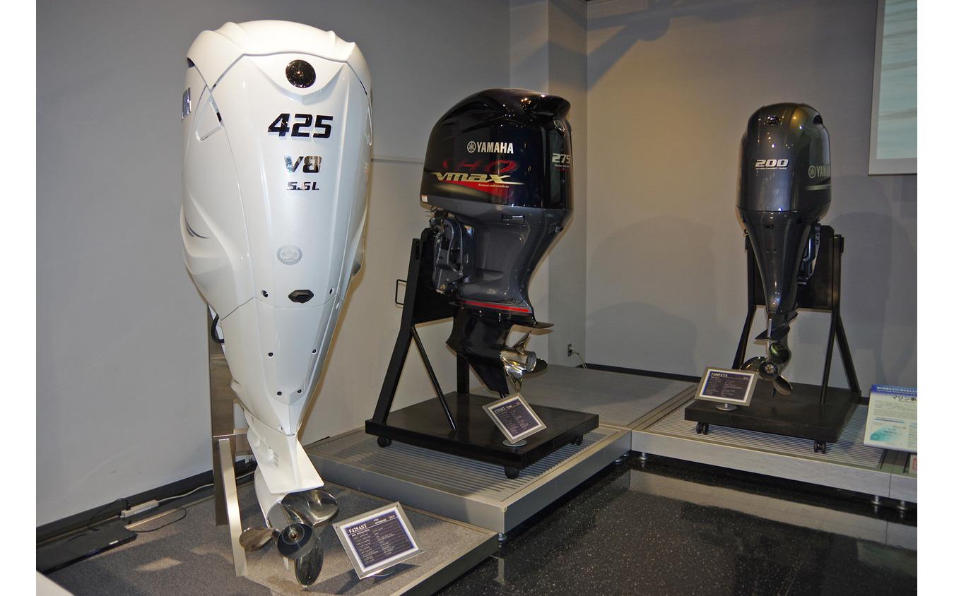 V8船外機「F425A/FL425A」(左)とヤマハの歴代船外機がヤマハコミュニケーションプラザに展示されていた。