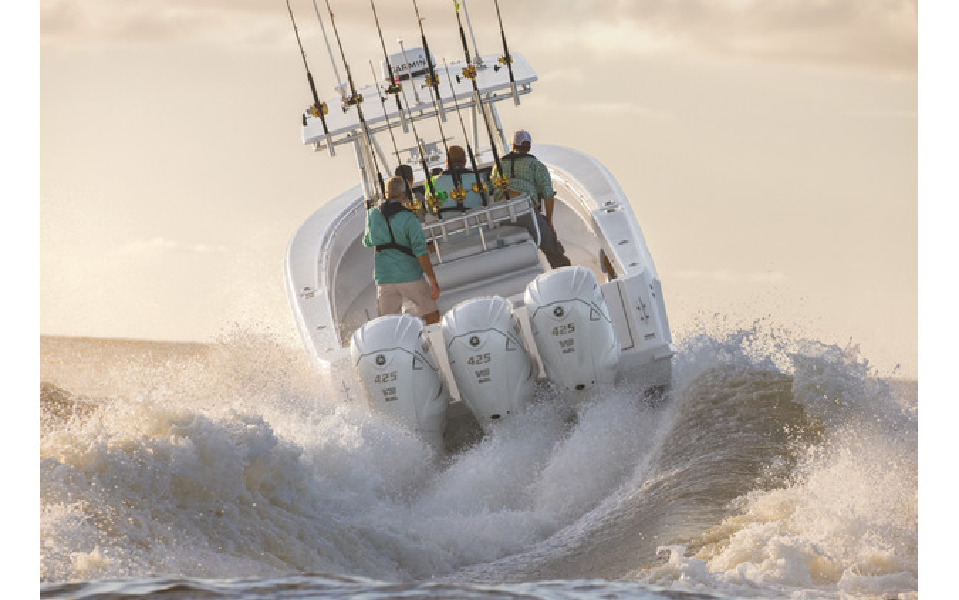 V8船外機「F425A/FL425A」を3機搭載するボート