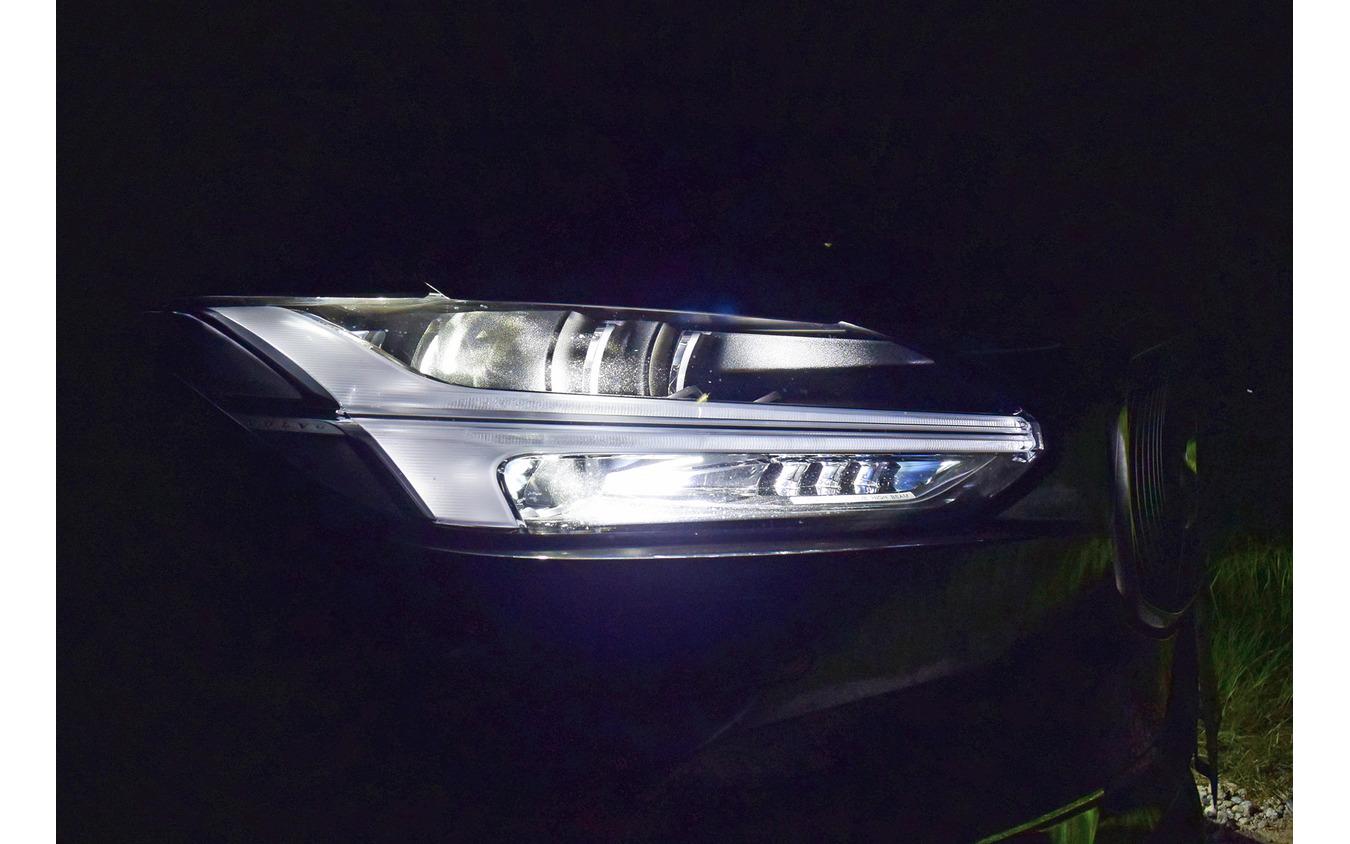ヘッドランプは先行車や対向車を避けて照射するアクティブハイビーム。ただ、驚異的に精度が高かった旧『V60』のシャッター式に比べると誤判定は多め。