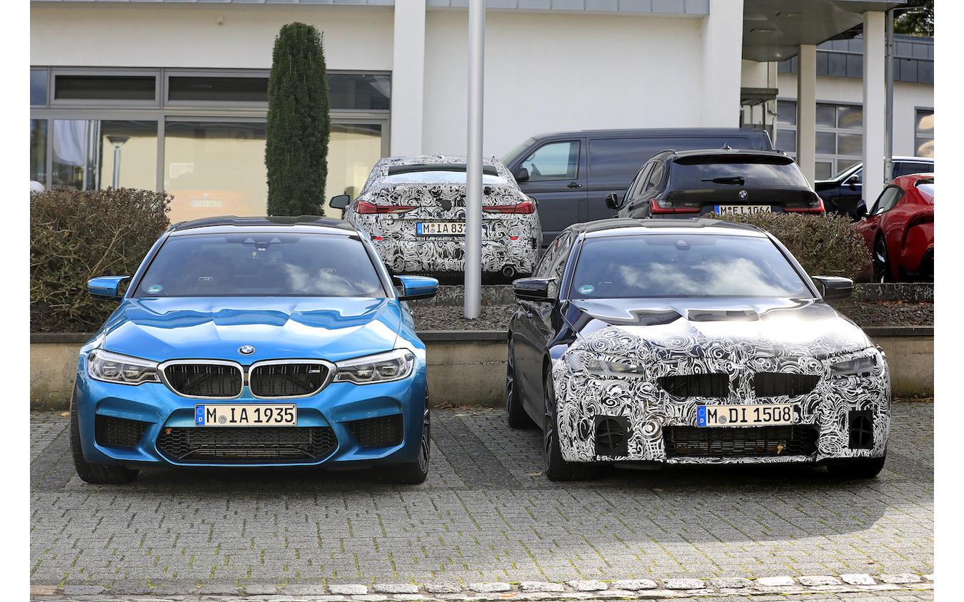 BMW M5セダン 従来型(左)と改良新型プロトタイプ(右)
