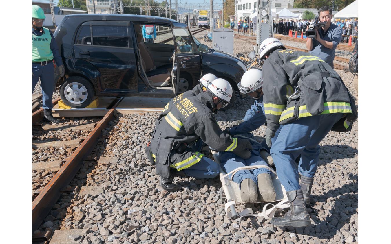 重傷のドライバーは担架で救急車に搬送する。