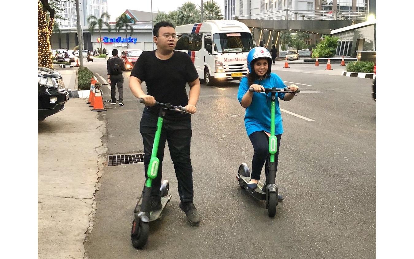 「電動キックボード」は日本で普及するのか?写真はインドネシアでグラブが始めた「e-scooter」
