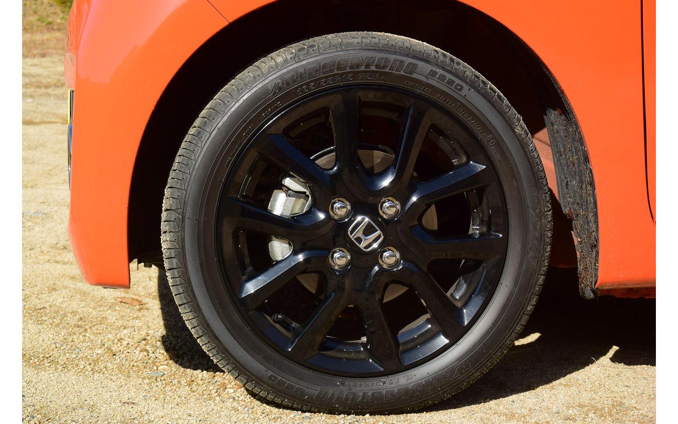 タイヤは165/55R15サイズのブリヂストン「B250」。固いタイヤだがロードノイズはクルマの側でよく遮断されていた。