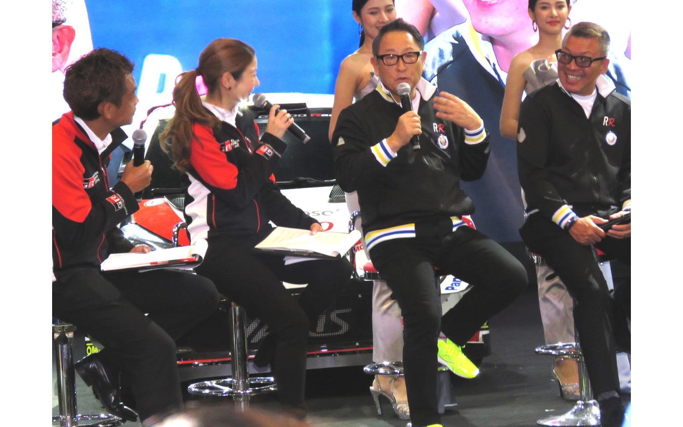 モリゾウ選手がルーキー・レーシングの活動趣旨を説明した(写真右端は小倉クラッチの小倉康宏社長兼選手)。